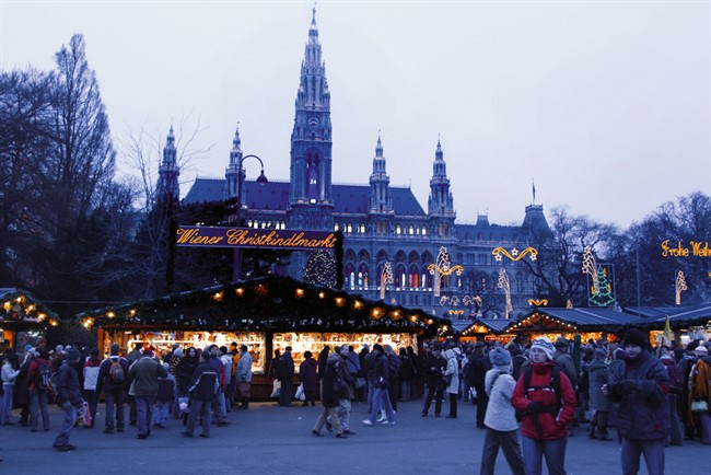 Lowres 00000029657 Christmas Market In Front Of The City Hall In Vienna Oesterreich Werbung Bartl