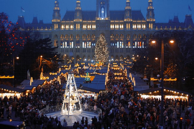 Lowres 00000029662 City Hall In Vienna Christmas Market In December Oesterreich Werbung Bartl