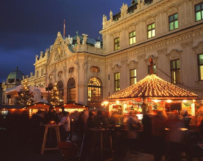 Lowres 00000030622 Christmas Market In Vienna In Front Of The Upper Belvedere Oesterreich Werbung Popp Hackner